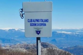 Monte Petrella, cassetta metallica contenente il libro del Cai di Esperia